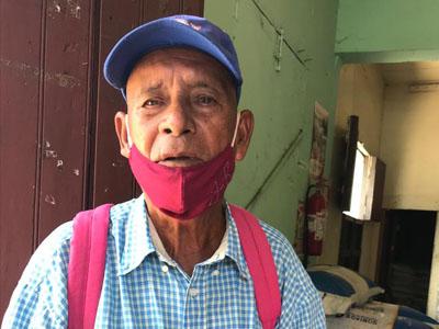 Anciano-pide-apoyo-económico